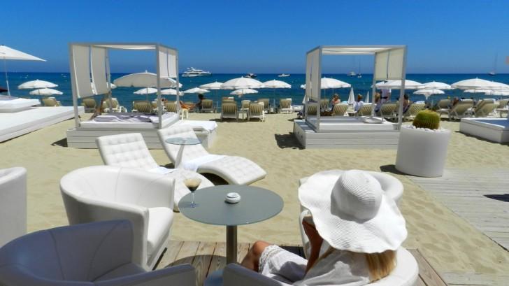 Les Palmiers Beach Club, St Tropez, Luxury Yacht Charter
