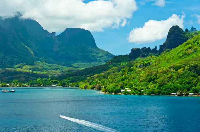 Charter a yacht in beautiful Moorea
