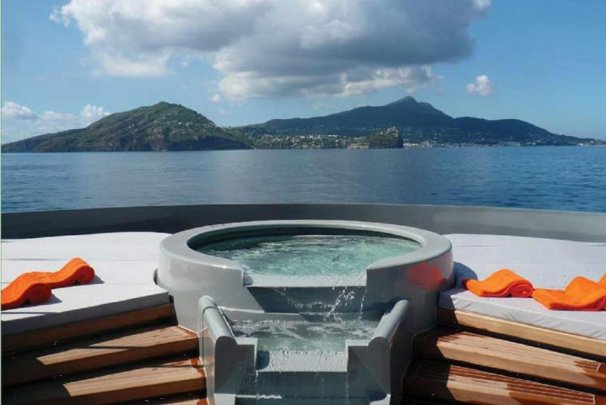 seaforceonedeckjacuzzi