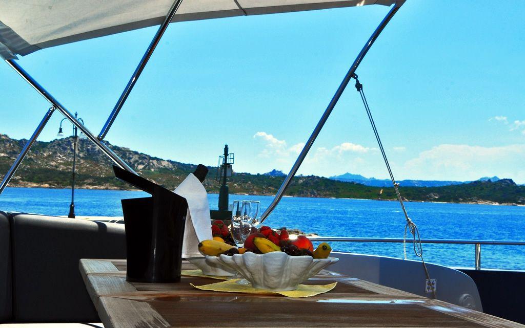 ALEMIA Italcraft 105 Motoryacht Dining Area Bow