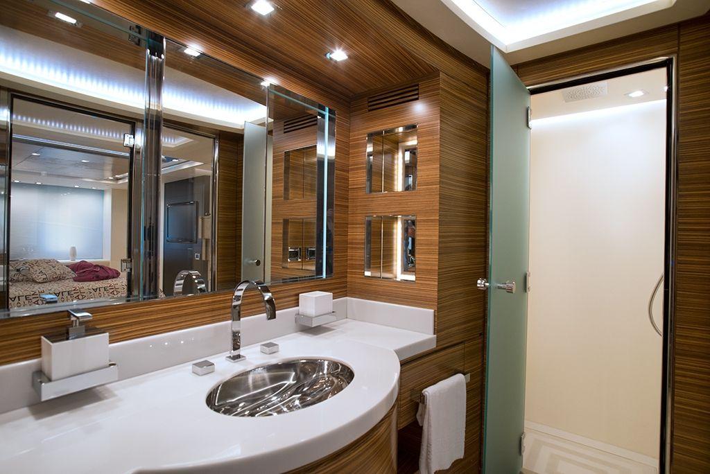 ALEMIA Italcraft 105 Motoryacht Master Bathroom