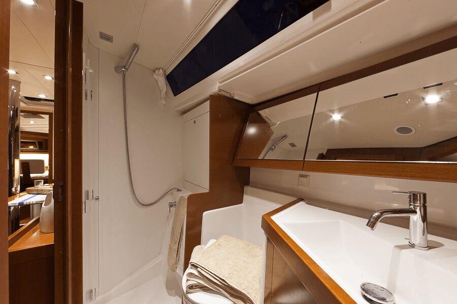 Beneteau Oceanis 41 Bathroom