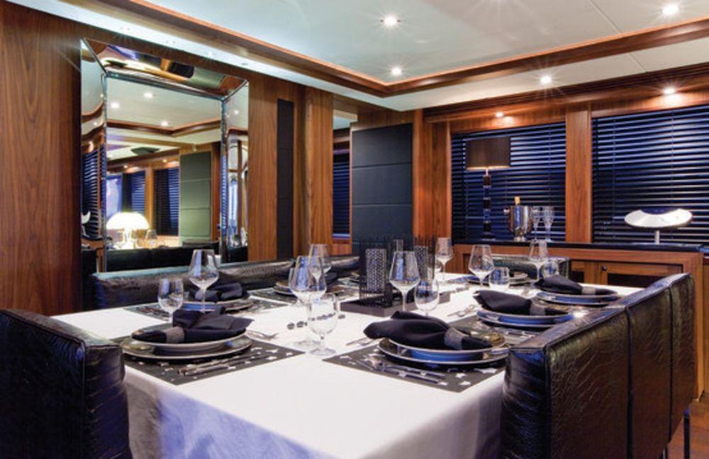 BLACK & WHITE - Dining Area