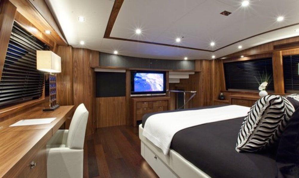 BLACK & WHITE - Master Cabin 2