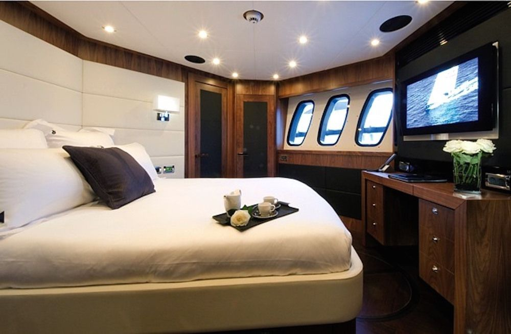 BLACK & WHITE - VIP  Cabin