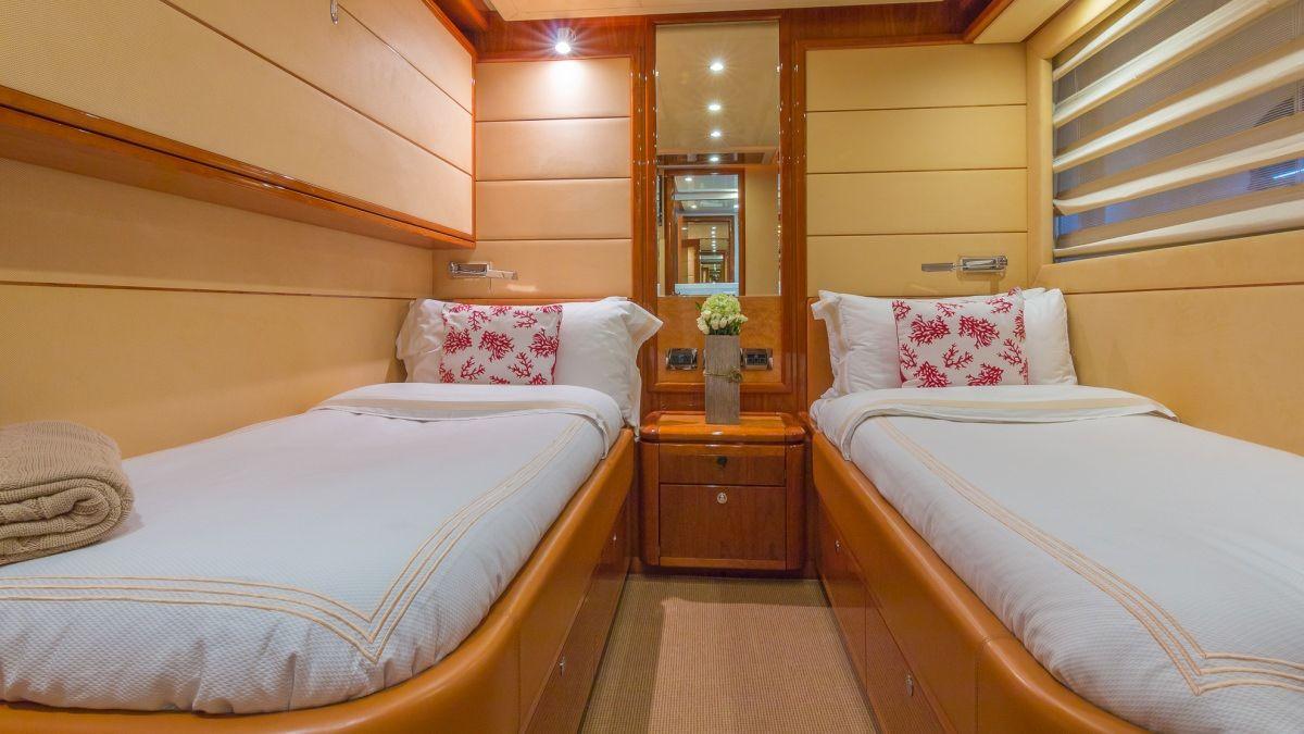 Miami Day Charter Yacht CINQUE MARE Ferretti 88 Twin Cabin