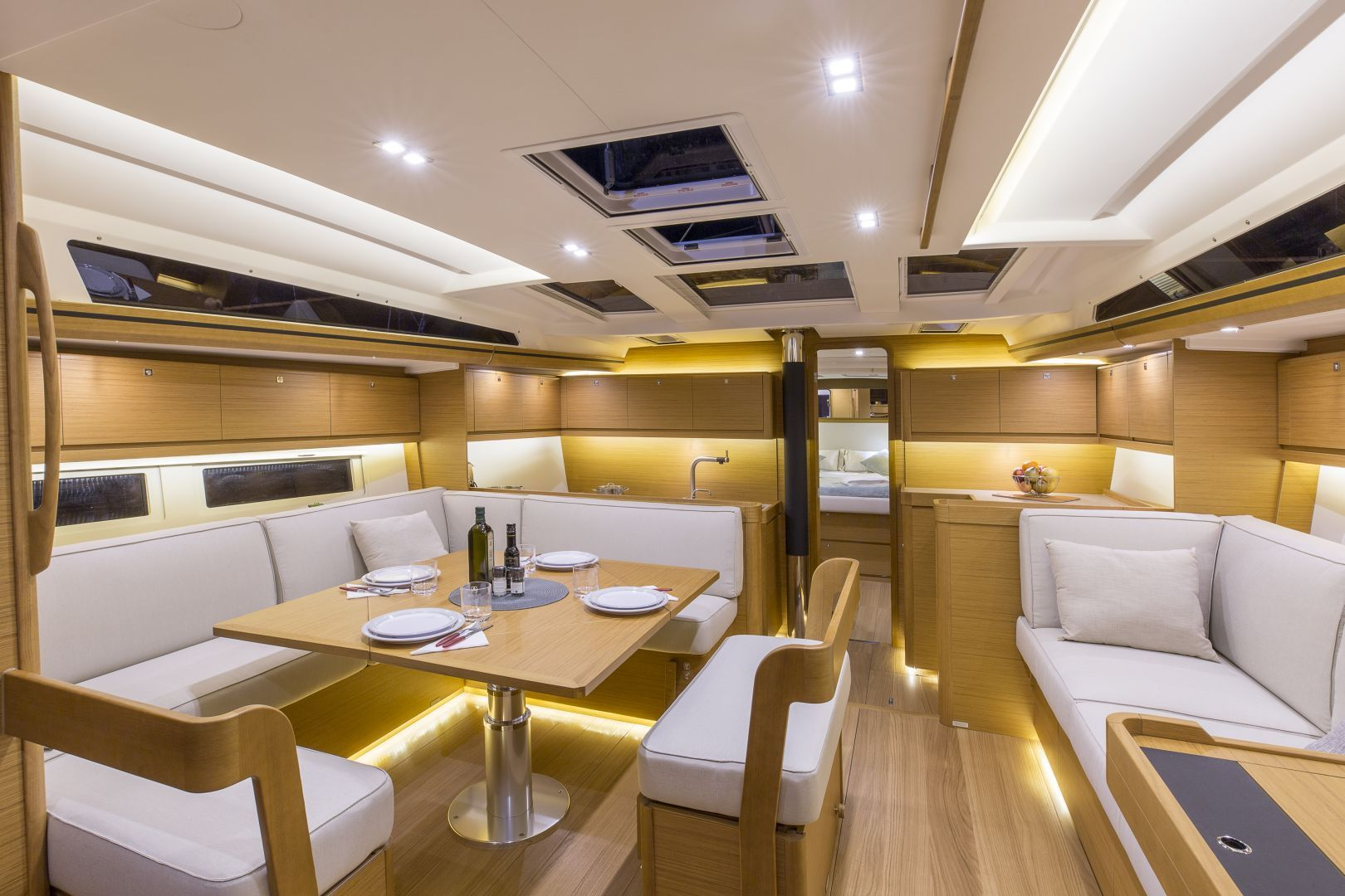 Dufour 520 Dining