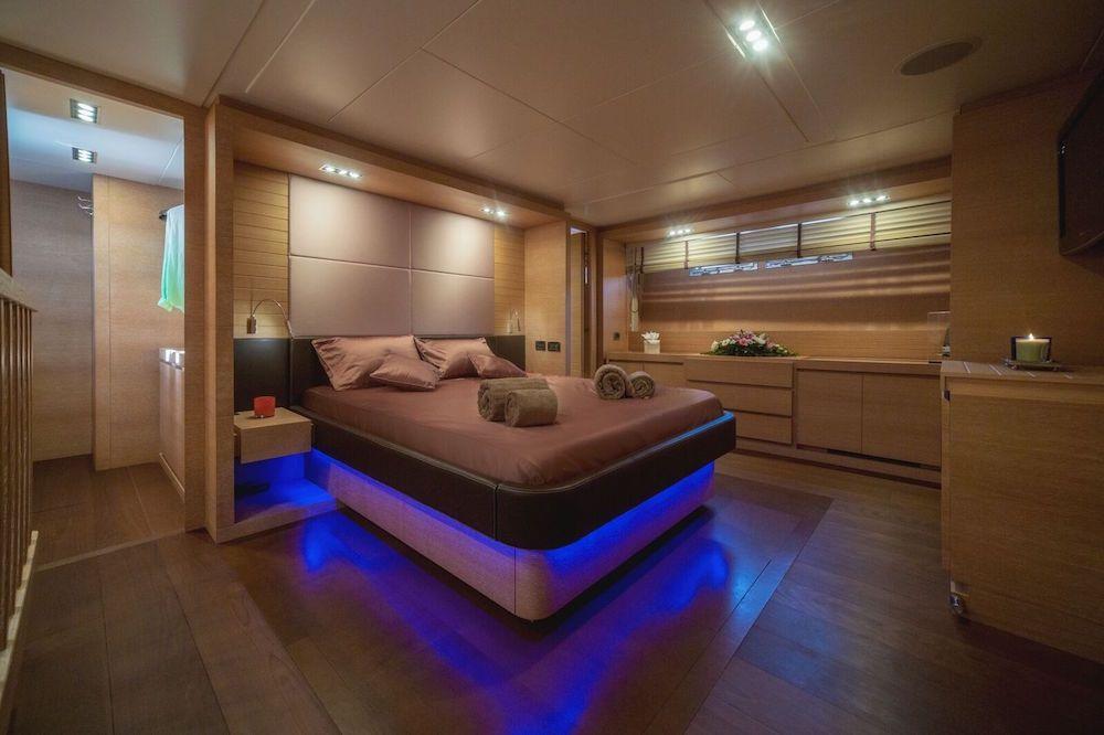 ELEVEN I Italcraft 90 Motoryacht Master Cabin