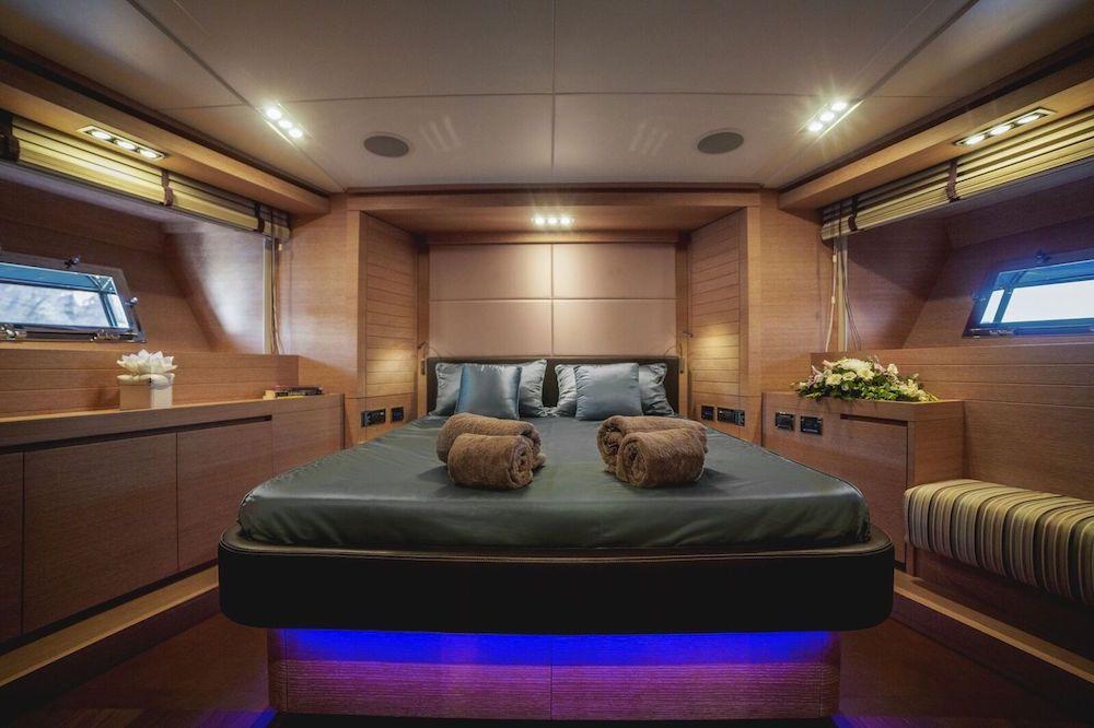 ELEVEN I Italcraft 90 Motoryacht VIP Cabin