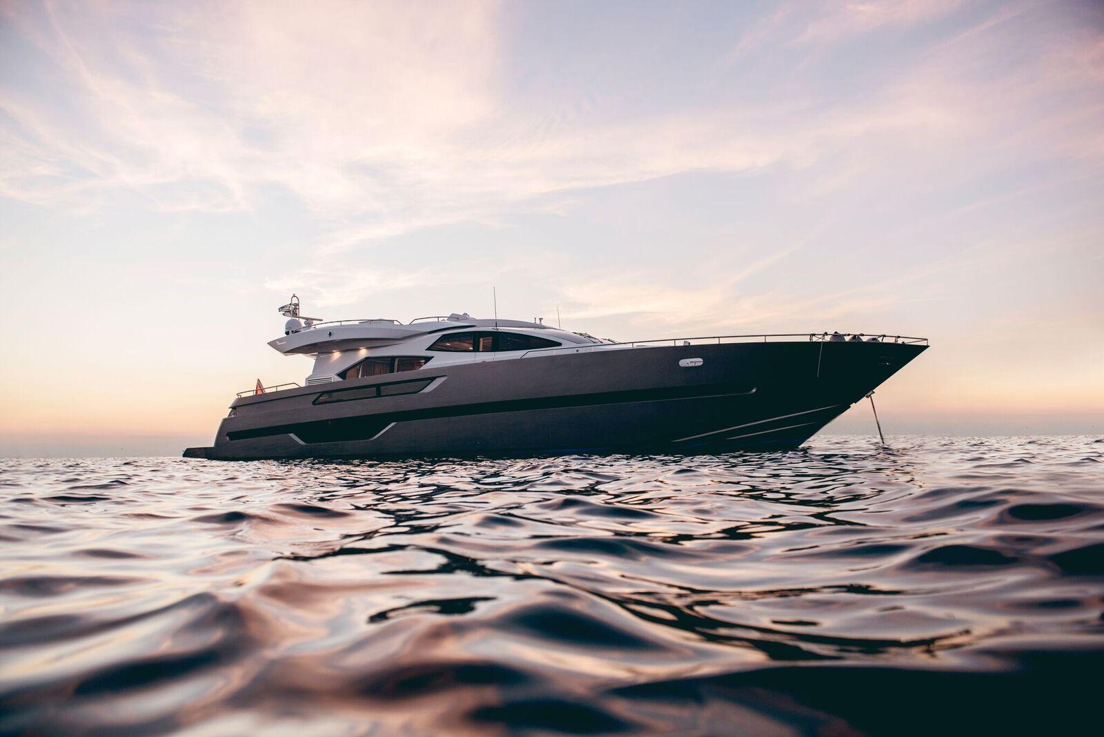 ELEVEN I Italcraft 90 Motoryacht Anchored