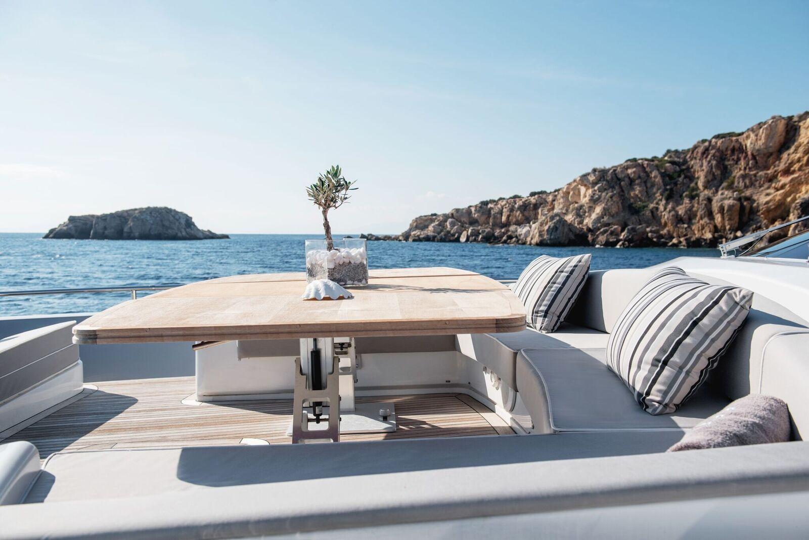 ELEVEN I Italcraft 90 Motoryacht Bow