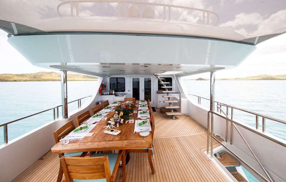 JUST ENOUGH Motor Yacht Dining