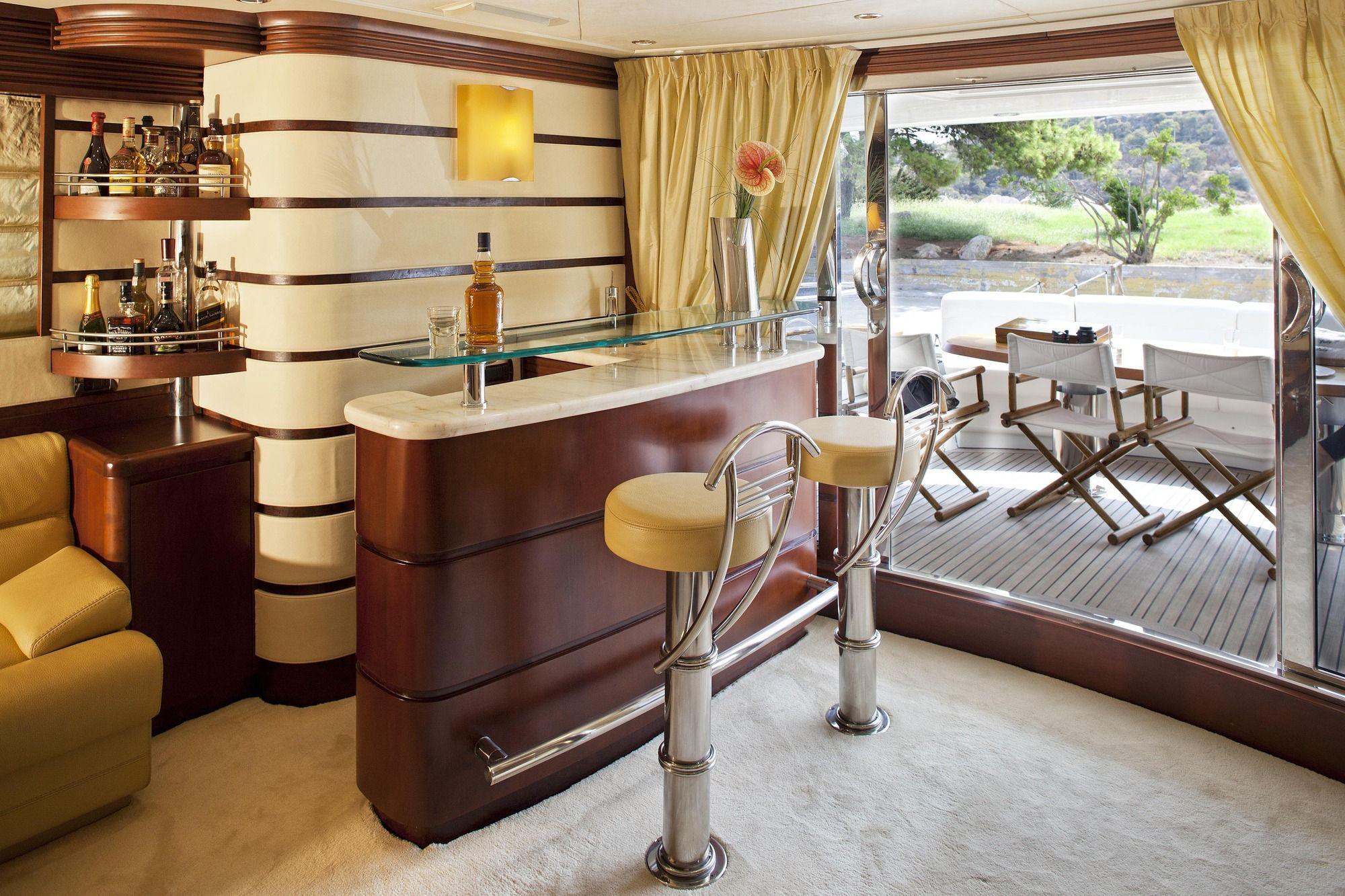 LADY P - Crewed Motor Yacht - Salon Bar