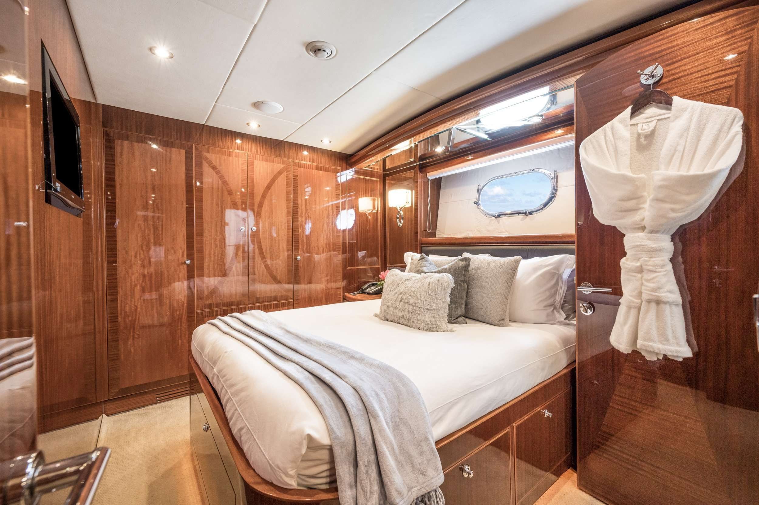 LIMITLESS Crewed Motor Yacht Queen