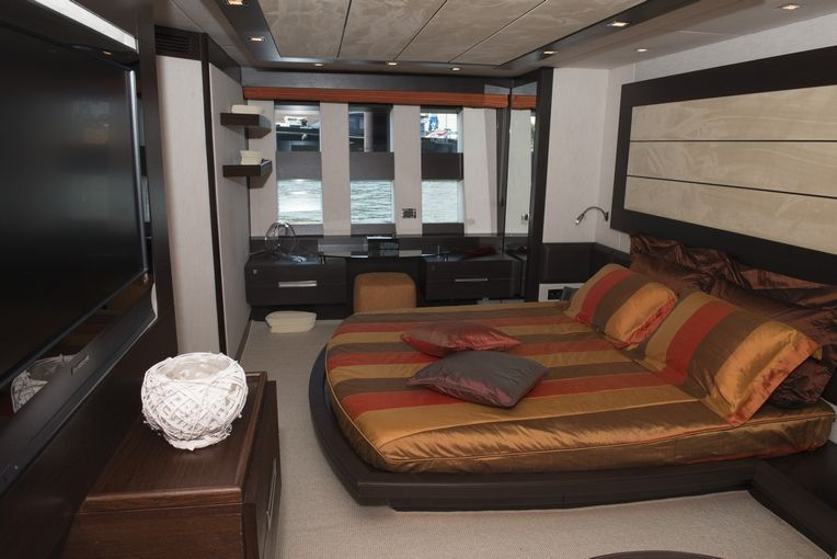 MR LOUIS Azimut 86s Luxury Motoryacht VIP Cabin