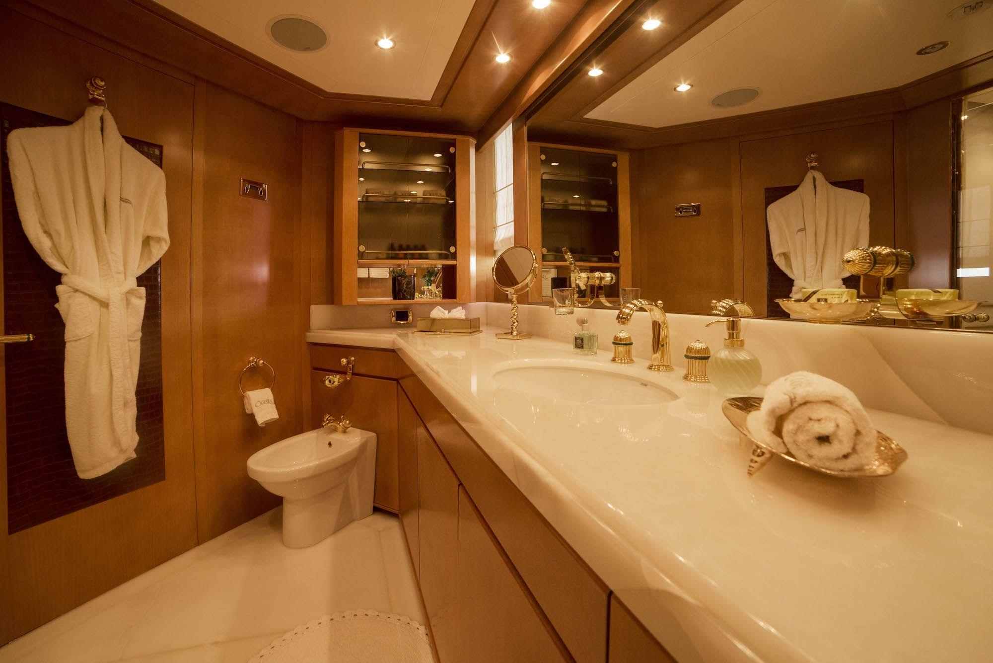 ISA Motor Yacht OASIS Bath