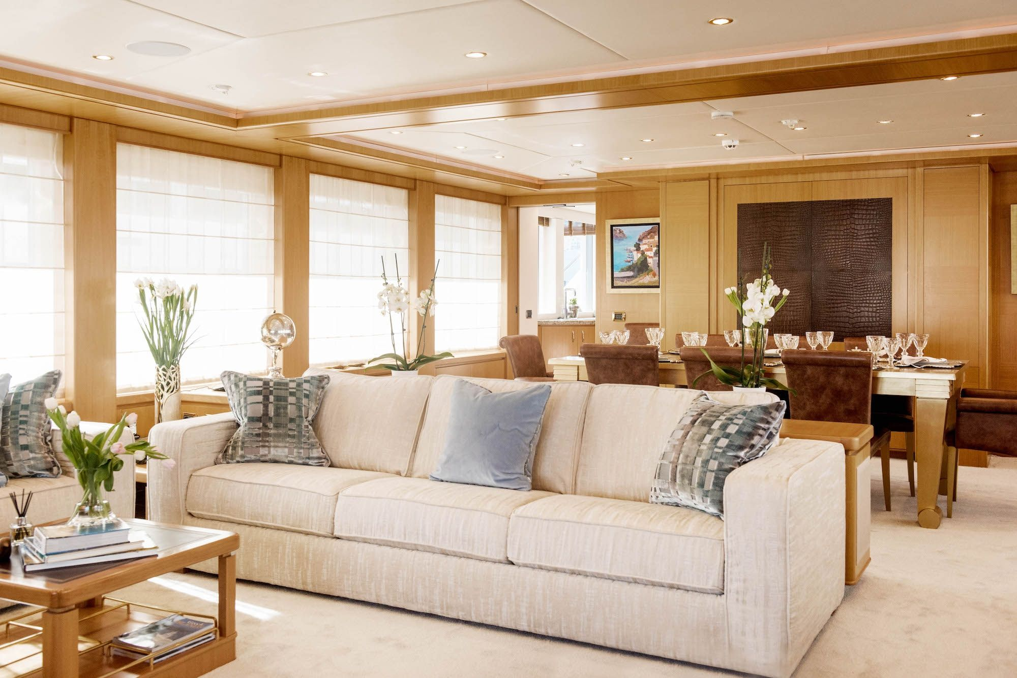 ISA Motor Yacht OASIS Lounge