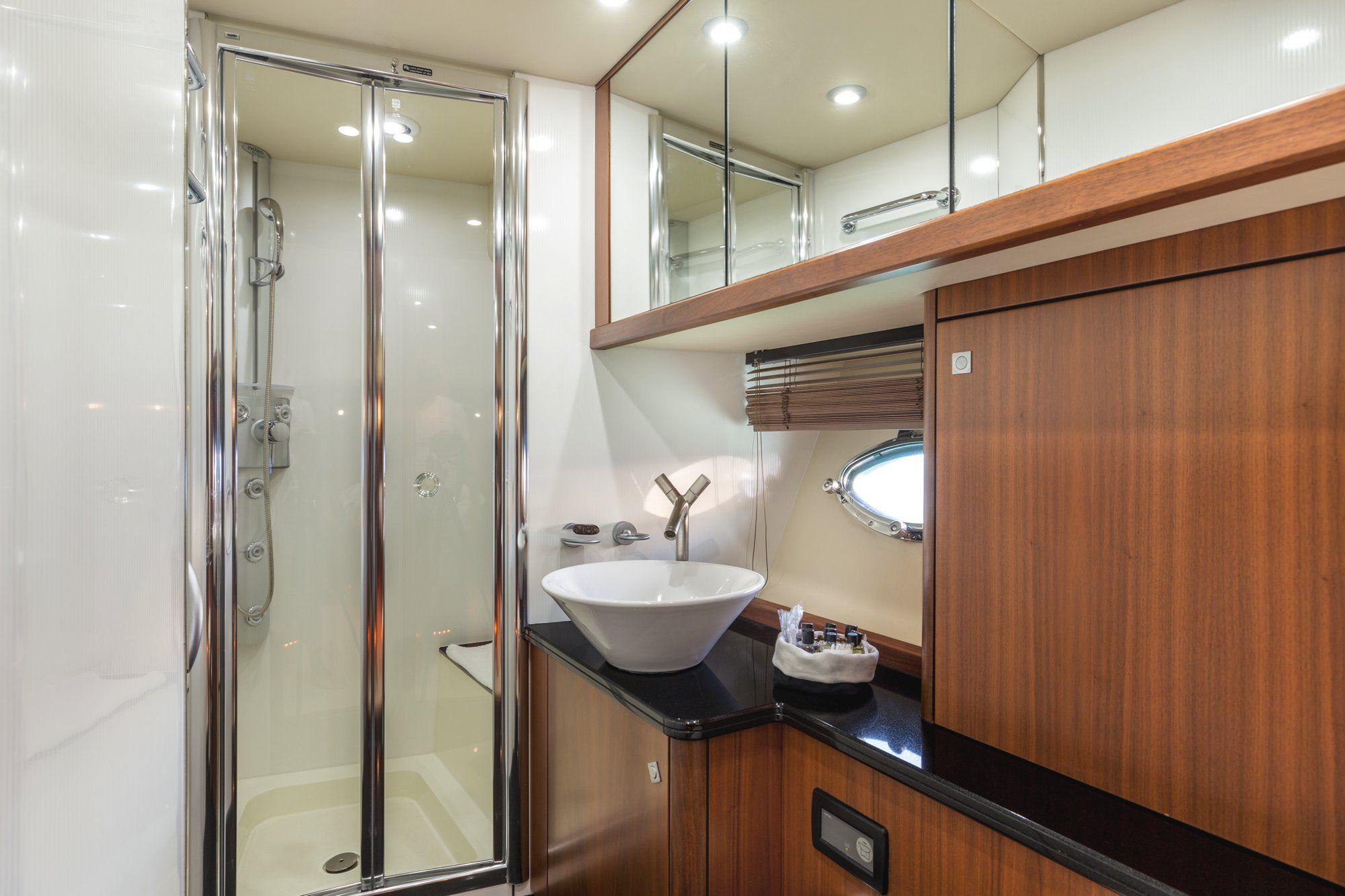 OCTAVIA Sunseeker Predator 83 Luxury Motoryacht OCTAVIA Sunseeker Predator 83 Luxury Motoryacht Bathroom