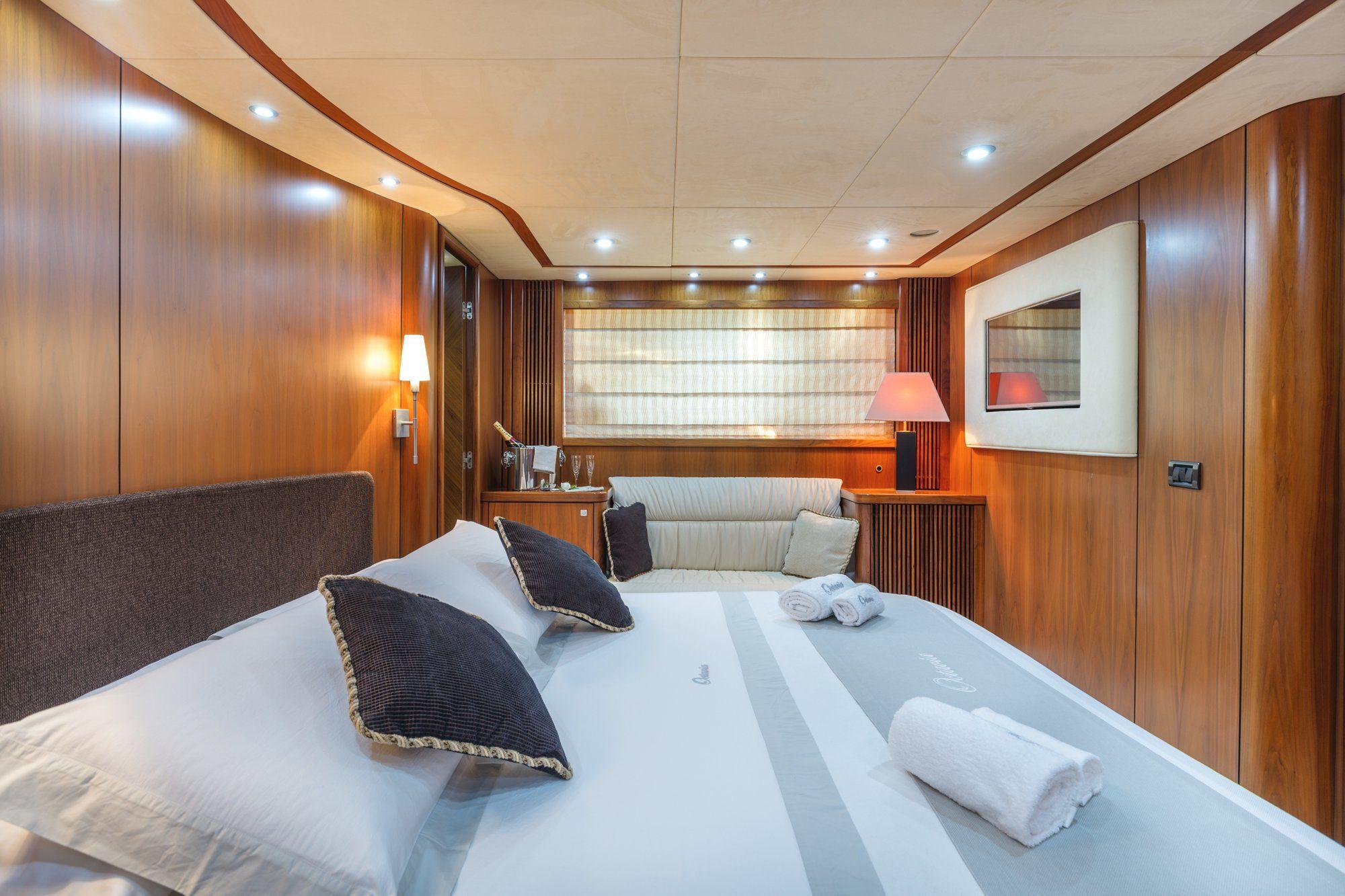 OCTAVIA Sunseeker Predator 83 Luxury Motoryacht Double Cabin