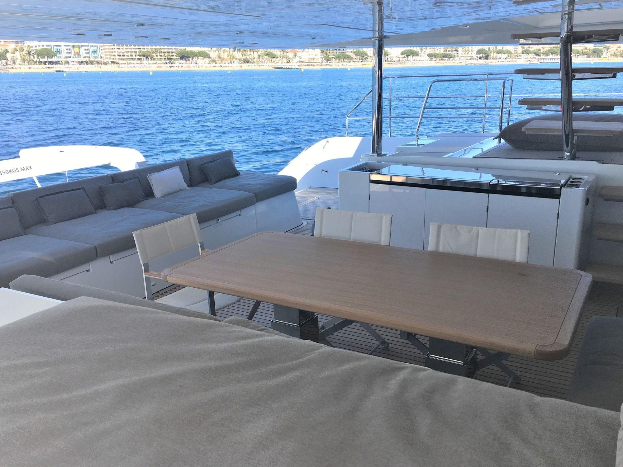 ORYX Lagoon 64 Al Fresco Dining