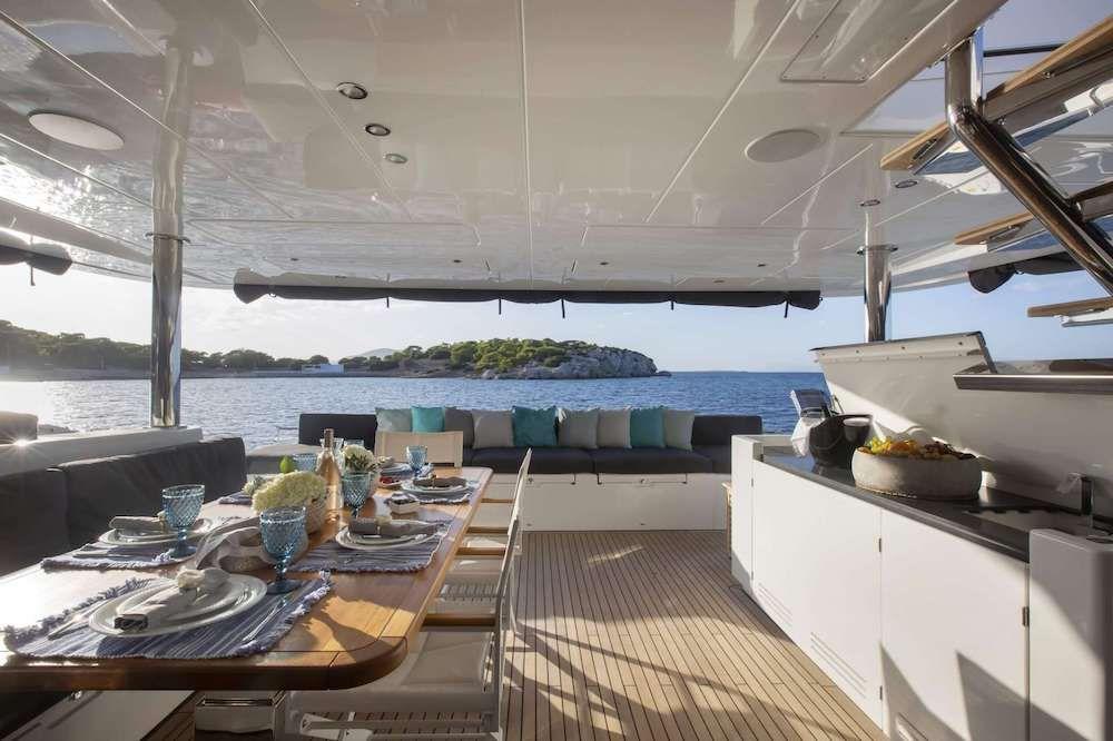 PHANTOM Lagoon 620 Aft Deck Dining