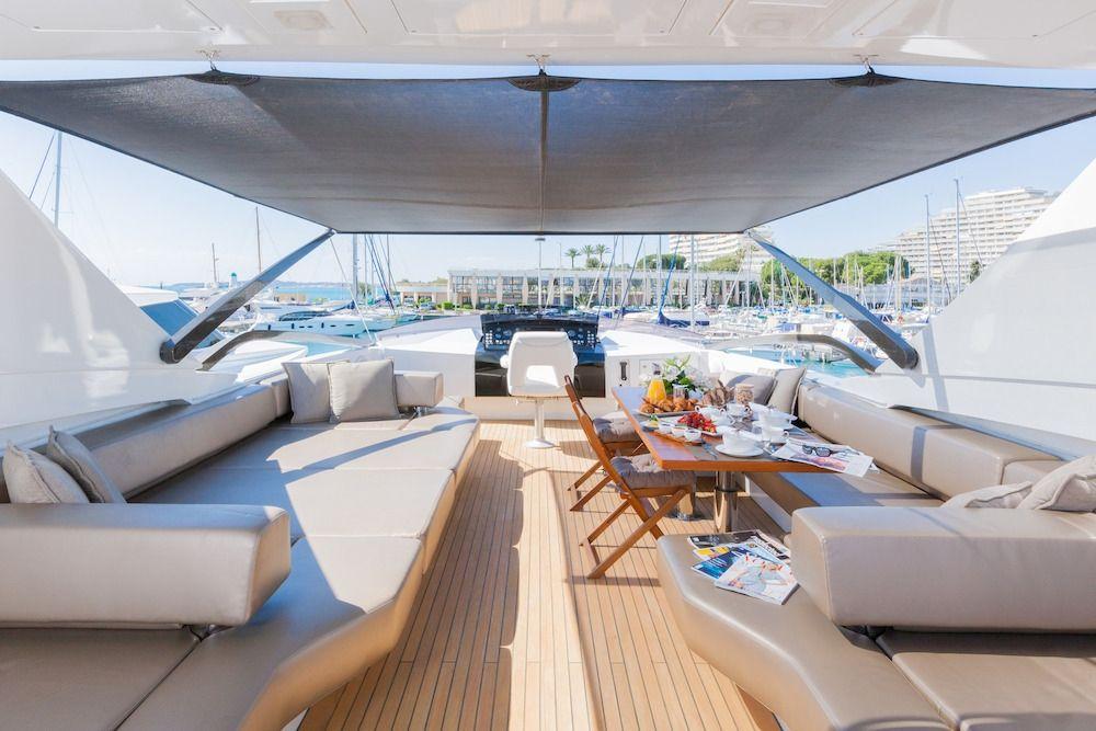 QUANTUM Motor Yacht Flybridge