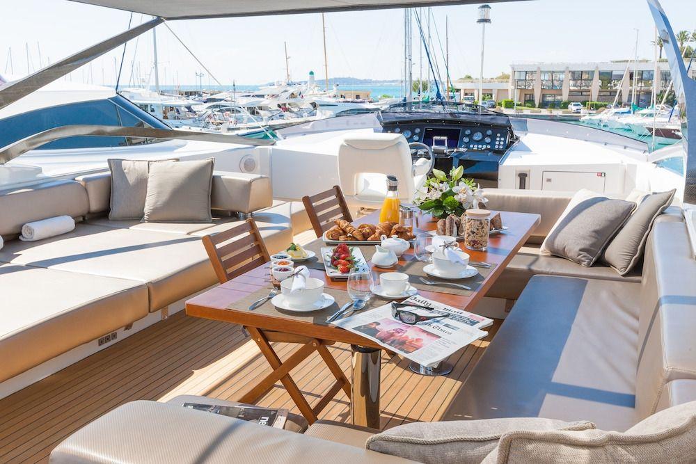 QUANTUM Motor Yacht Sundeck Dining