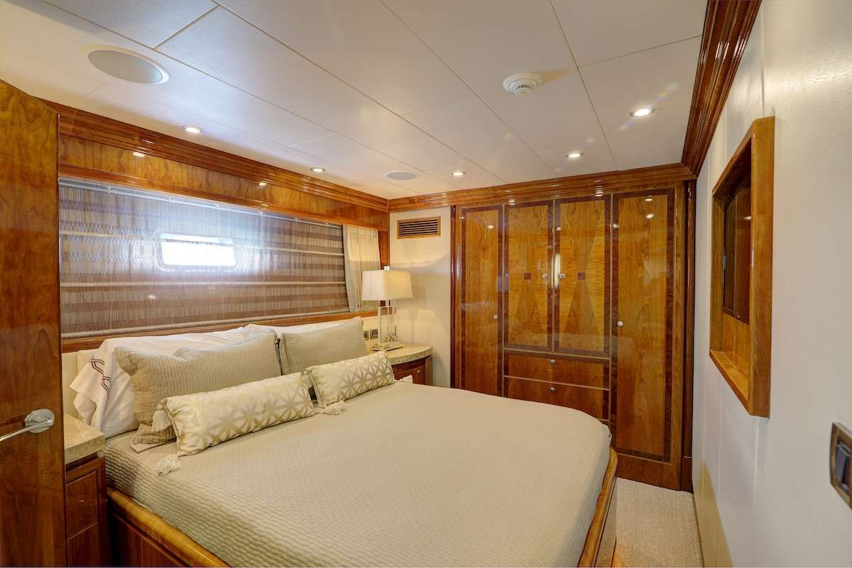 STERLING V Yacht Queen Cabin