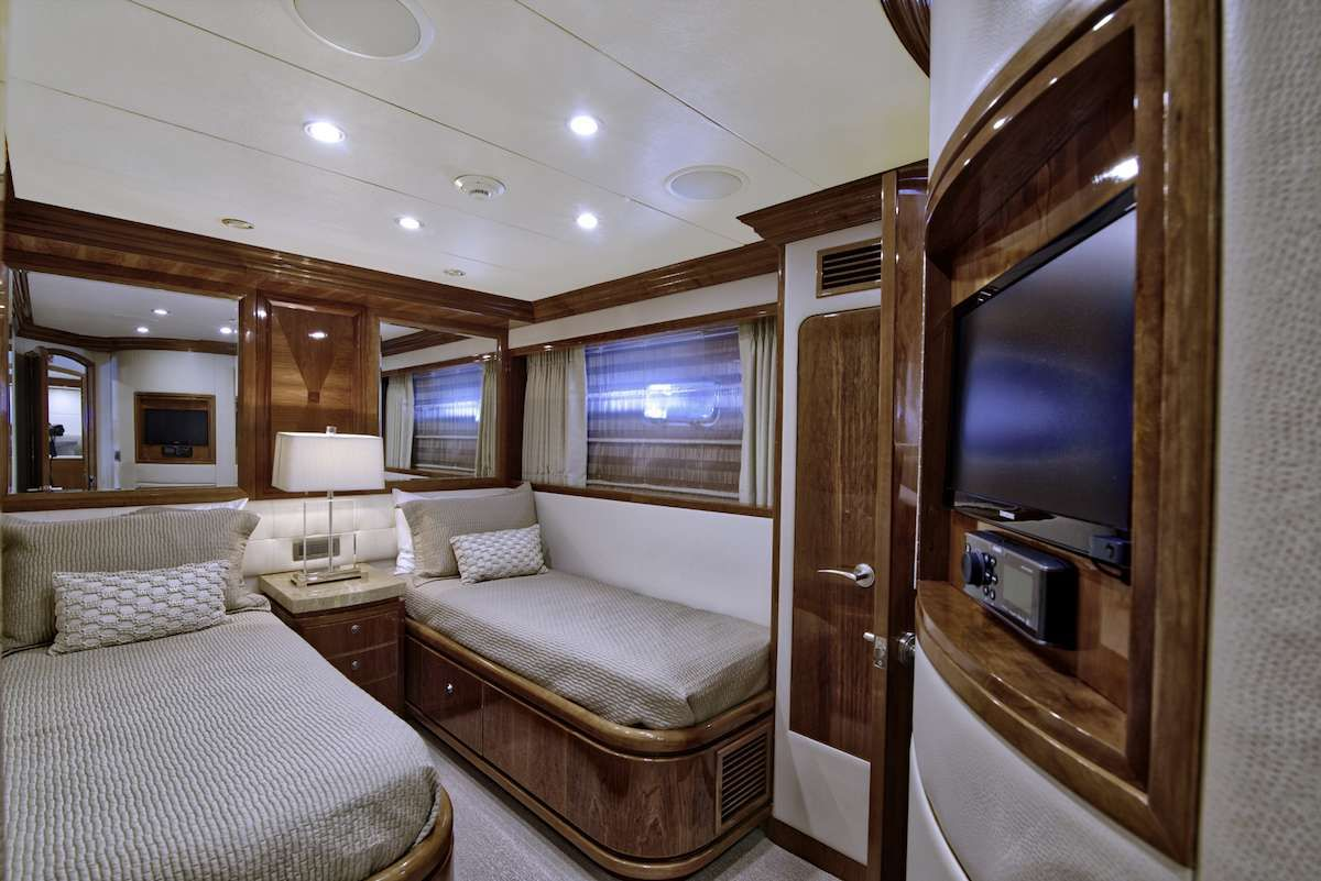 STERLING V Yacht Twin Cabin