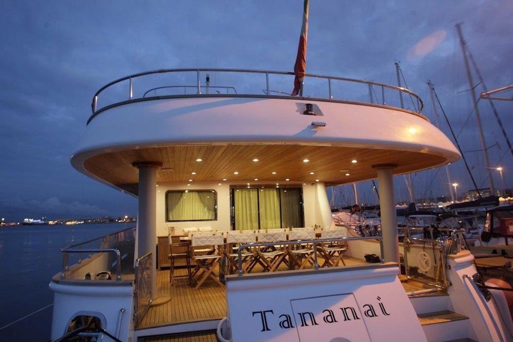 TANANAI Yacht Aft Dining