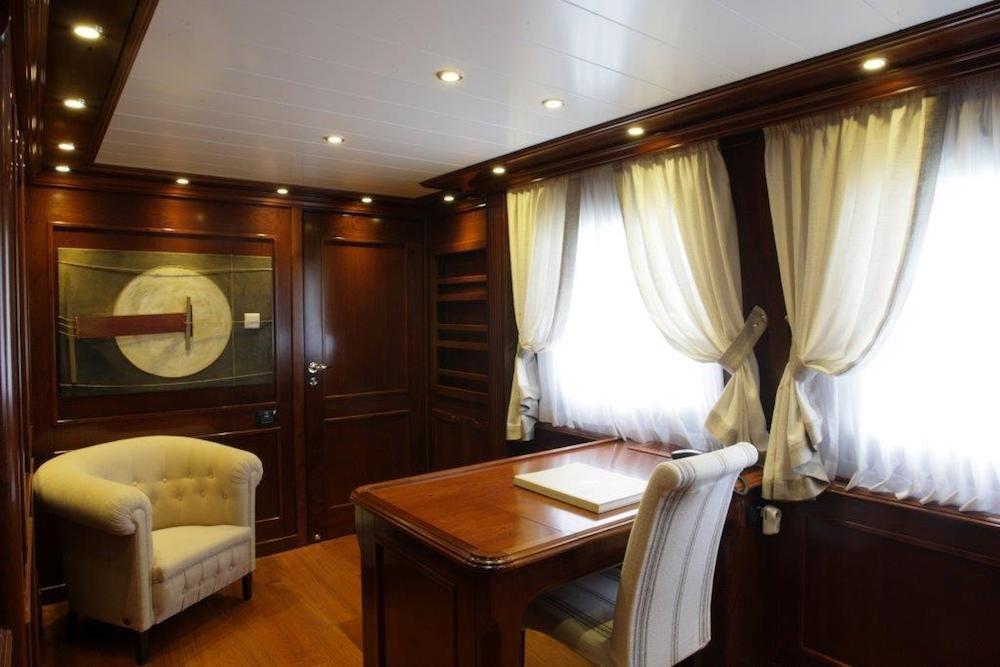 TANANAI Yacht Master Office