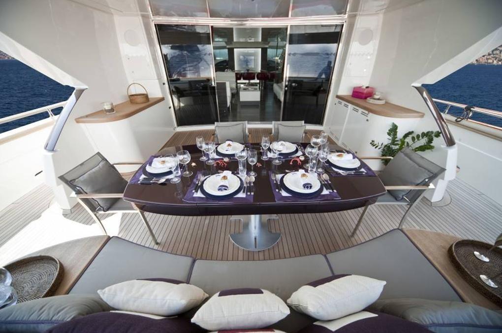 TOBY Cerri Flying Sport 102 Luxury Motoryacht Dining